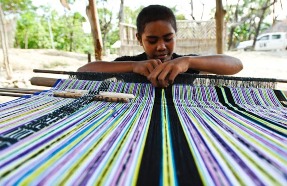 Marciana Cardoso of Suai weaving Tais, a family tradition and a way to earn extra money. Photo by UN