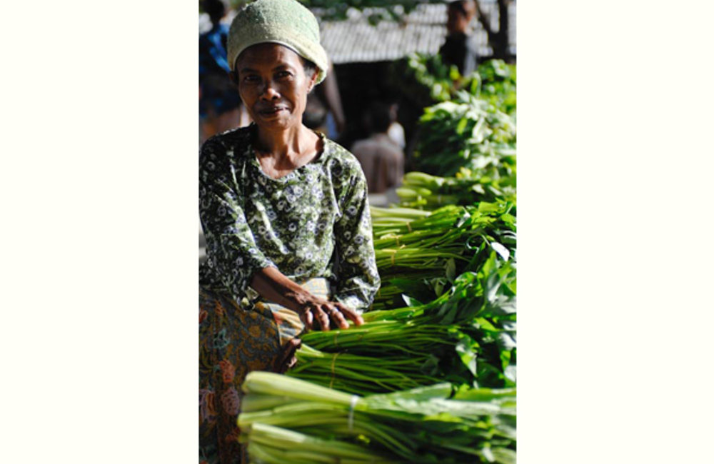 Esperança of Maliana selling vegetables at a local market. Photo by UNMIT/Bernardino Soares