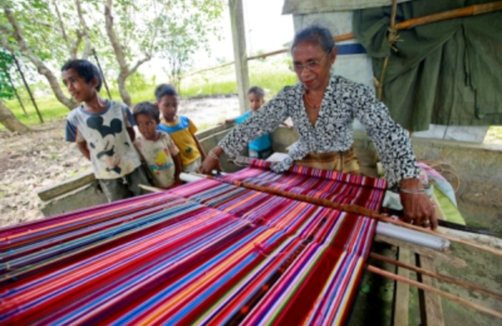 Promotion of traditional crafts such as weaving tais or scarves is a way to improve the livelihoods