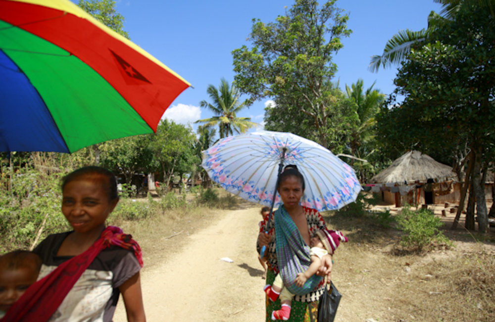 Women carrying their babies have to walk a long distance to reach the mobile clinic in Asulau, sub-d