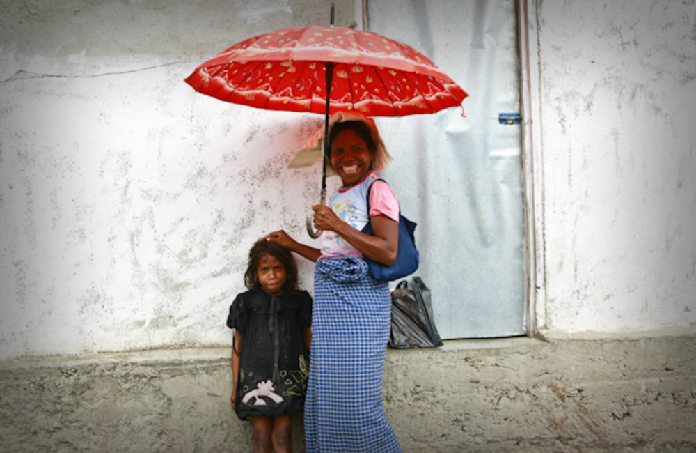 A mother from Gleno, in Ermera, walks to a local market with her daughter. Photo by UNMIT/Martine Pe