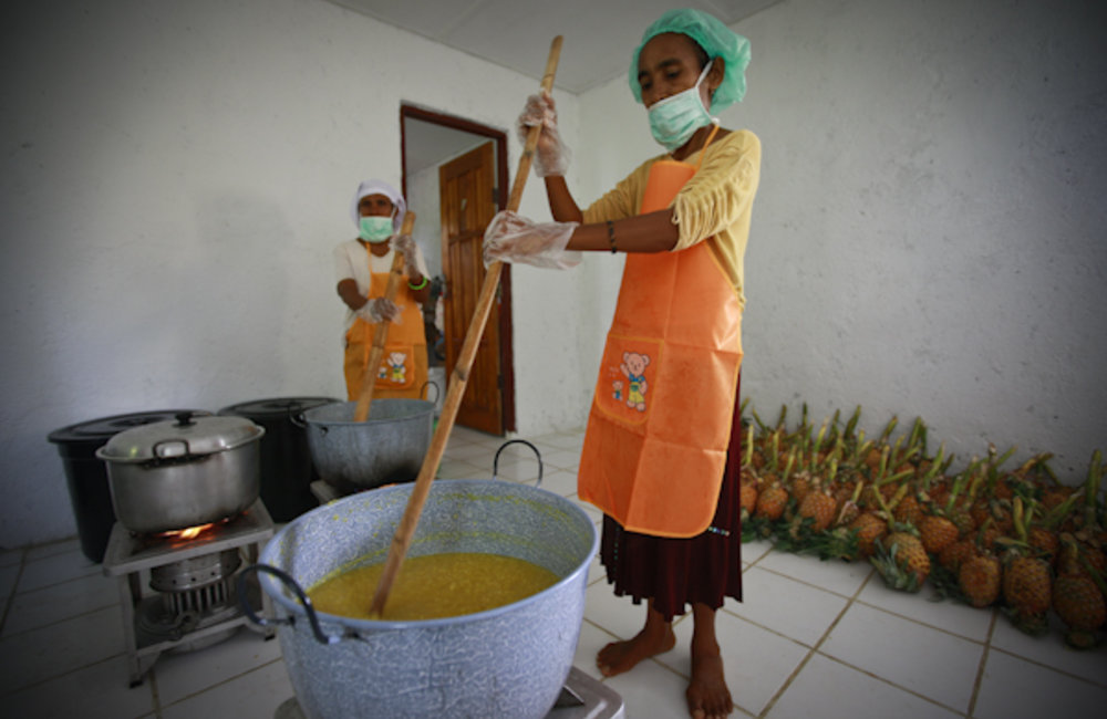 A woman working at the Centro de Desenvolvimento Comunitario (CDC) making marmalade from pineapple.