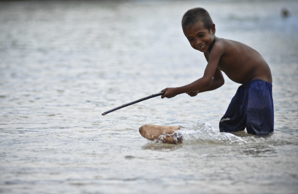 Afonso plays with a toy boat in the Loes suco, near Liquica. Photo by Bernardino Soares/UNMIT