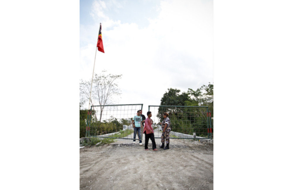 Men crossing the border point of Salele, in the Kovalima district. Photo by Bernardino Soares/UNMIT
