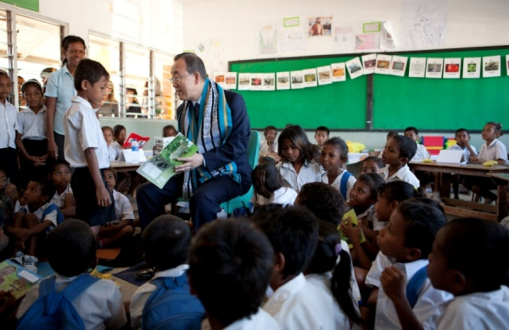 Secretary-General Ban Ki-moon reads to Timorese children at Cassait school, Liquica District. Photo